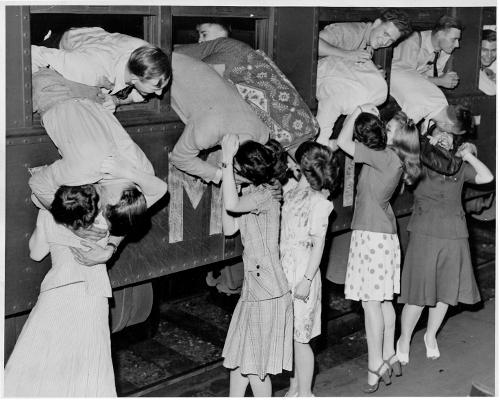 Проводы новобанцев в морскую пехоту, 1942г., США, Миннесота. Кликабельно, оригинальный размер 1460x1169