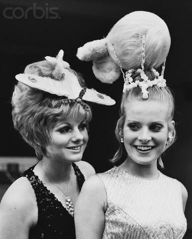 На презентации экспозиции в музее мадам Тюссо, посвящённой Битве за Британию. У одной из манекенщиц причёска оформлена шиньоном в виде спитфайера, у другой - в виде заградительного аэростата. 1969г.