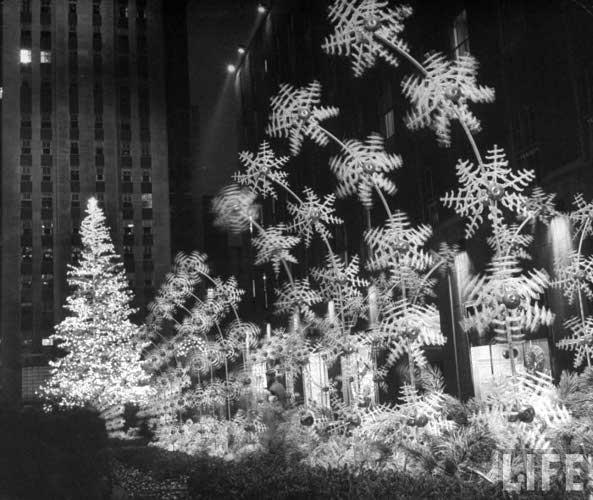 Andreas Feininger, Christmas decorations at Rockefeller Plaza, 1949. Кликабельно. Оригинальный размер 1400х1180