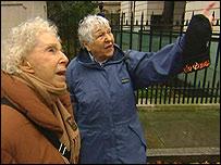 Терезка Торрес и Клэр Шикото (в синей куртке), прототип Микки