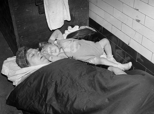 Женщина с ребёнком спят в метро во время налёта