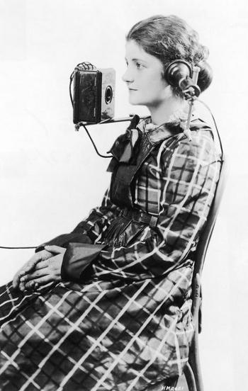 Телефонный оператор с портативной гарнитурой, созданной Американской телефонной компанией Белл (Bell Telephone Company), 1923