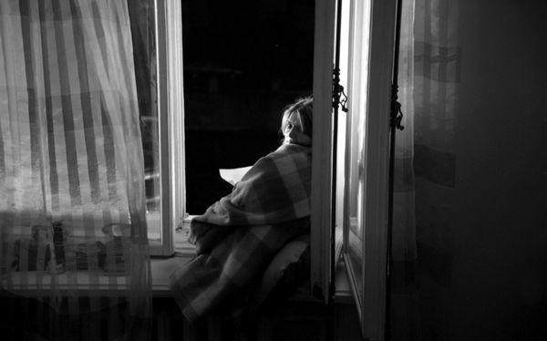 Хочеться домой. Открыть окно сесть на диван, закутаться в одеяло ...