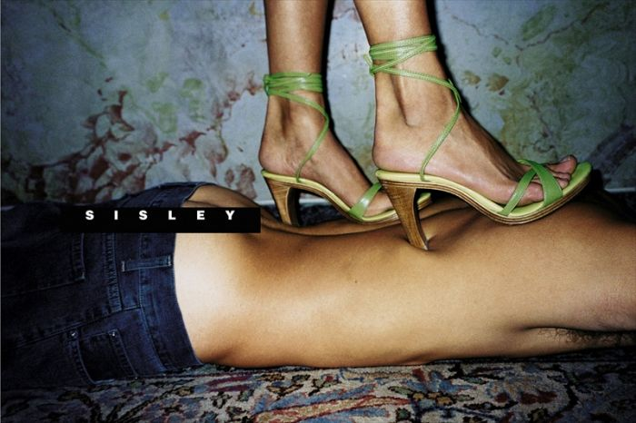 фото женщина топтает мужика ногами доминация