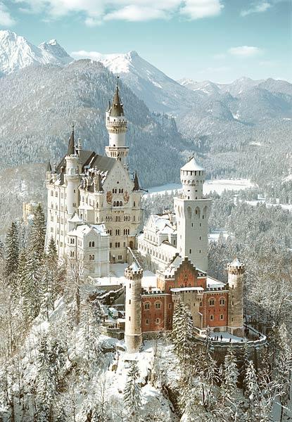 Квартет поднимался к башне замка, стоящего на самой вершине горы.  Весь замок был выполнен в английском стиле и...