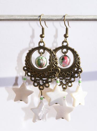 Изящные бронзовые серьги с перламутровыми звездочками и бисером.  Они будут хорошим подарком девушкам...