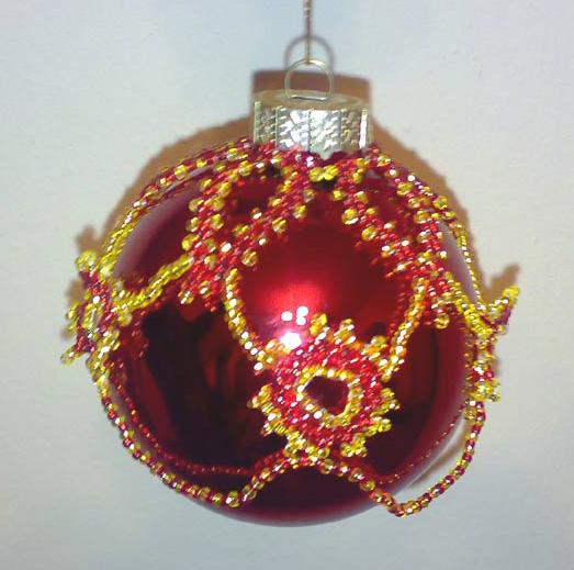 Ёлочный шарик алый с золотом.  Петербургская цепочка, низание, плетение по кругу.