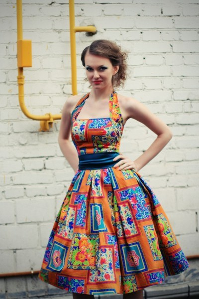 4. Платье в стиле new-look с пышной синей нижней юбкой.