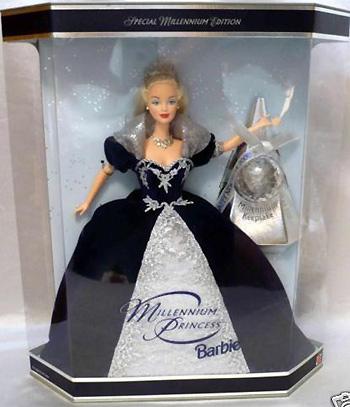 Классическая невеста в пышном белом платье с лифом, украшенным белыми розами на талии, с букетом в руках...