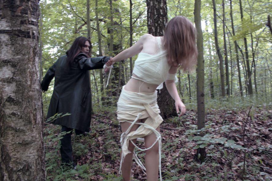 девушку лесу пытает в в касьтюме маньяк видео один