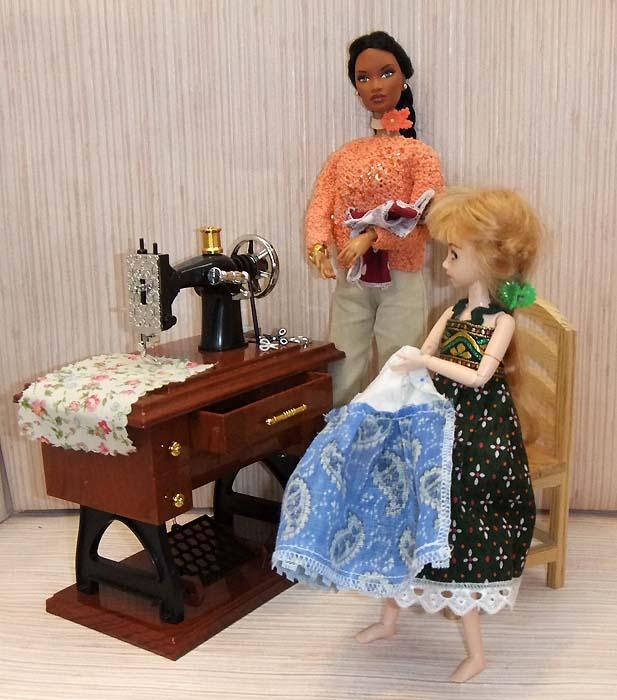 Как сшить платье для куклы на швейных машинках 118
