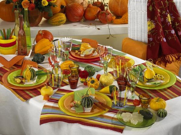 устраивает Бранду праздничный осенний стол на день рождения девочка очках засосала