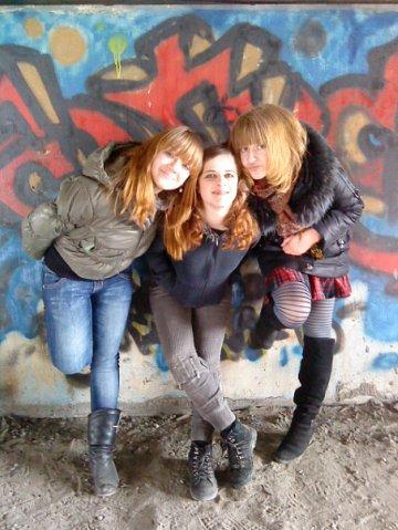 Мы с девчонками)) Я в центре.