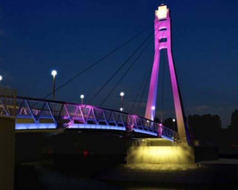 Ночной вид моста.