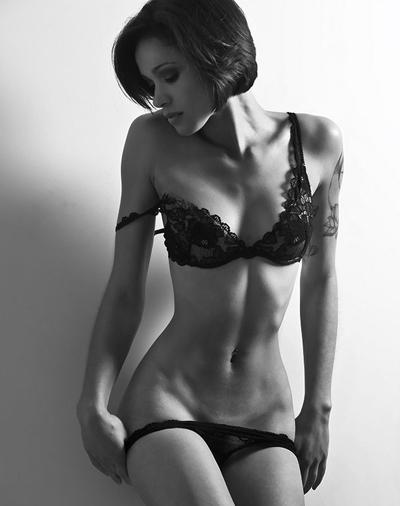 Брюнетки в черном платье со спины