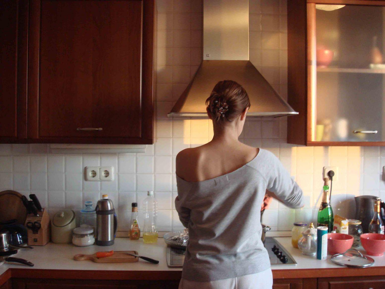Рыжая мама на кухне 9 фотография