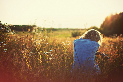 фото девушек блондинок с цветами со спины