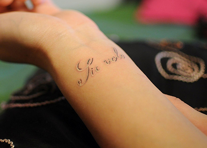 Тату надписи на кисти для девушек с переводом