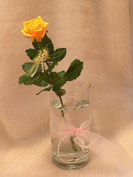 Как красиво оформить одну розу в подарок 74