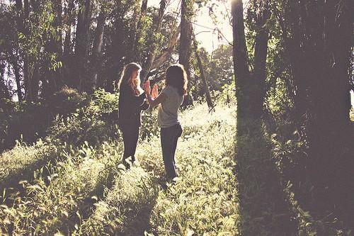 Две девушки в лесу