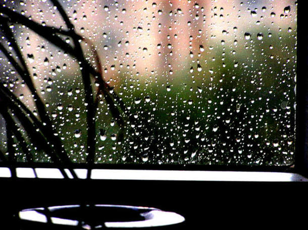 А за окнами снова дождь