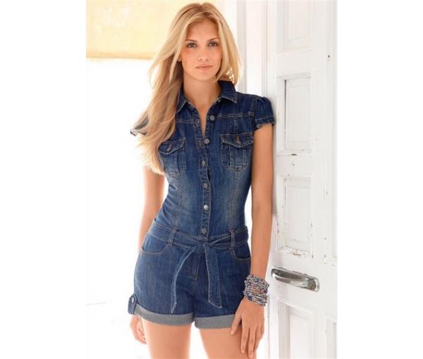 На фото: джинсовый комбинезон женский