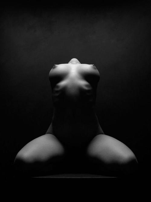 обнажённое женское тело в ч/б фотографии