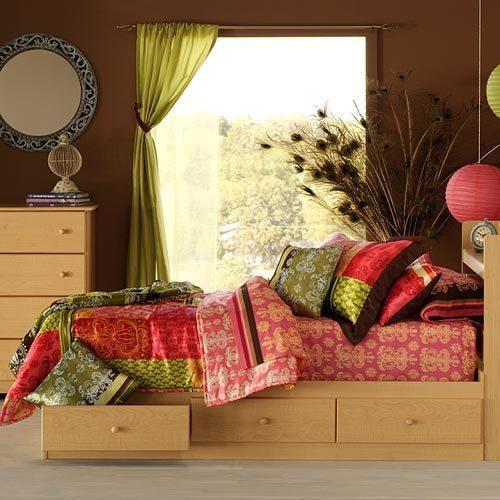 В почете стиля бохо шик яркие и насыщенные цвета, которые делают обстановку жизнерадостной и сочной.