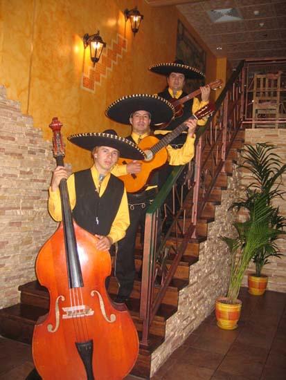 Кубинские ритмы звучат повсюду!  У... Действие происходит в красочных мексиканских костюмах.