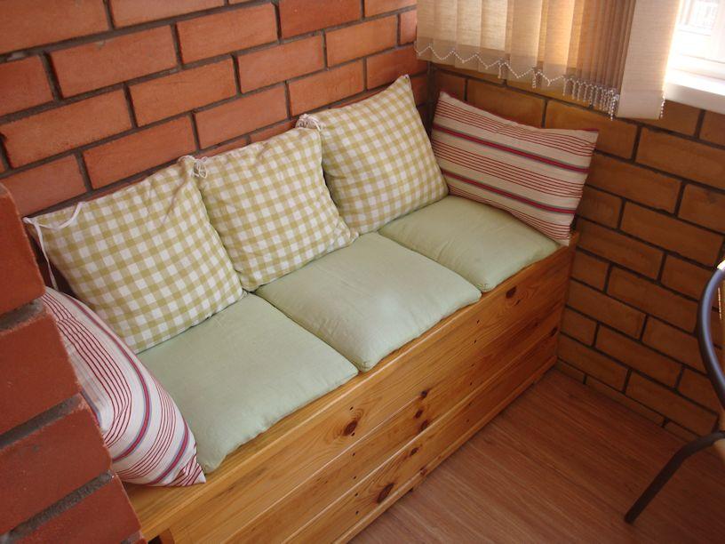 Скамейка на балконе фото.