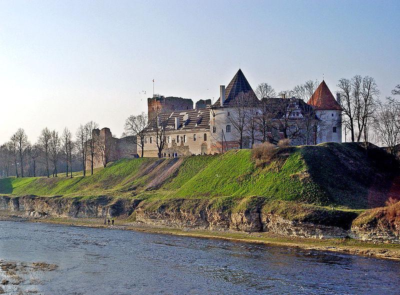 Вид на замок со стороны реки