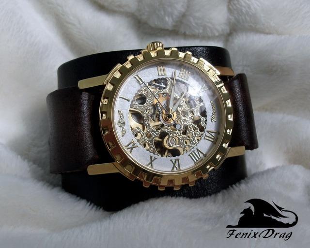 Широкий кожаный браслет с механическими часами виде шестеренки в стиле Стимпанк / Steampunk на запястье  натуральная кожа, механические часы (нет батарейки, подводить вручную раз в 2 суток)  ширина: 5,5 см  длина основной части: 16,5 см  длина с ремешком: 26 см