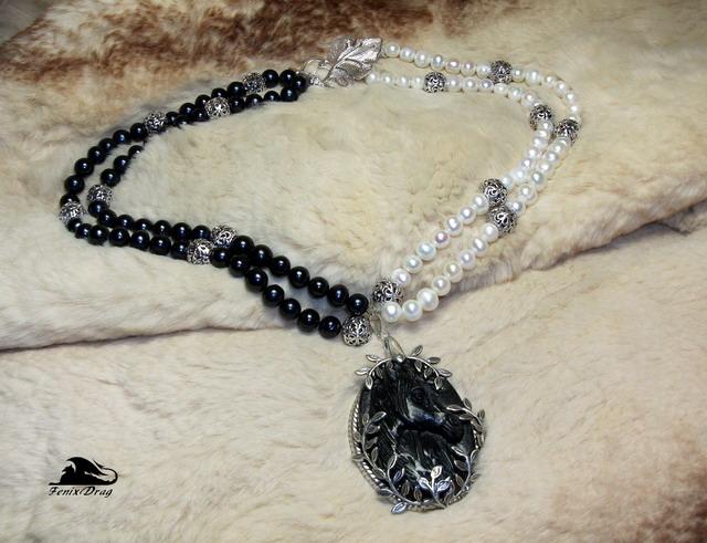 """Колье / бусы """"Черная лошадь"""" с БЯНЬ камнем   натуральный белый и черный жемчуг 7-8 мм, бянь - камень (резьба по камню - """"лошадь""""), латунь в покрытии серебром, серебро  длина колье: 45 см  размер кулона: 5*3,6 см"""