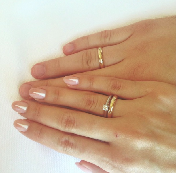 Как носить обручальное кольцо и помолвочное кольцо на одном