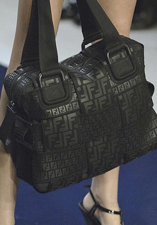 Квадратные сумки снова в моде.