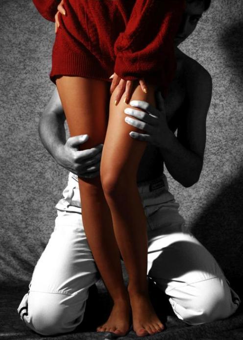 Фото мужик целует ноги девушке