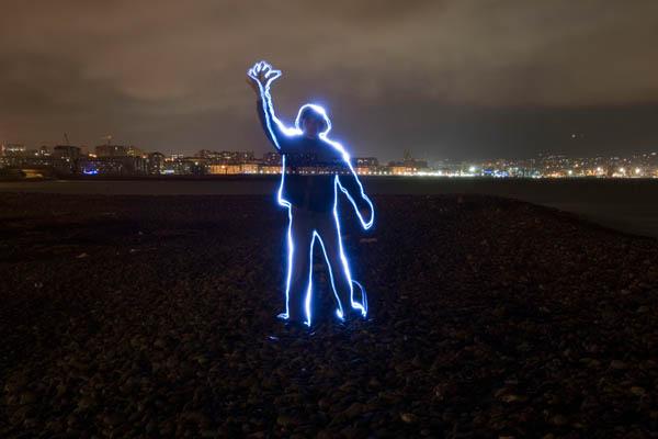 Рисуют фонариком в темноте