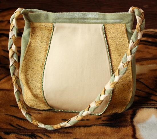 ...Эта сумочка сделана на заказ, девочка заказала сумку с росписью.