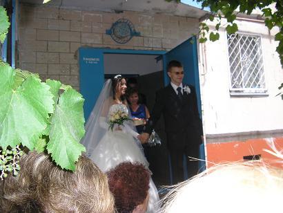 жених выводит невесту