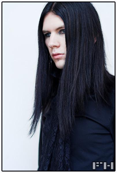Парень с длинными черными волосами
