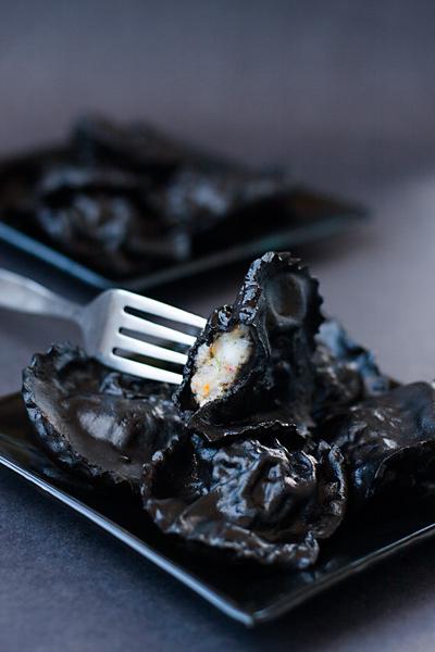 Чёрные равиоли с кальмарами и креветками