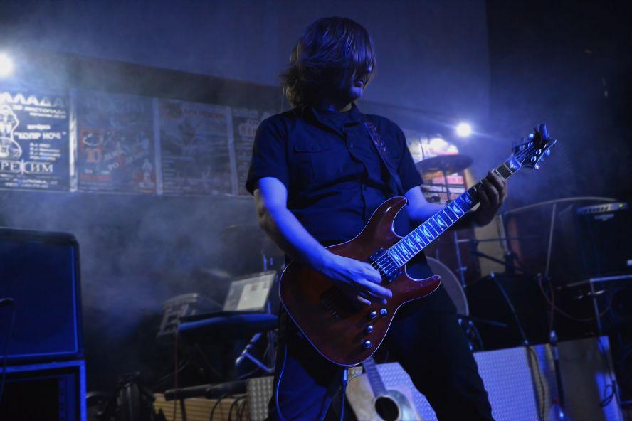 Виталик, лидер-гитарист