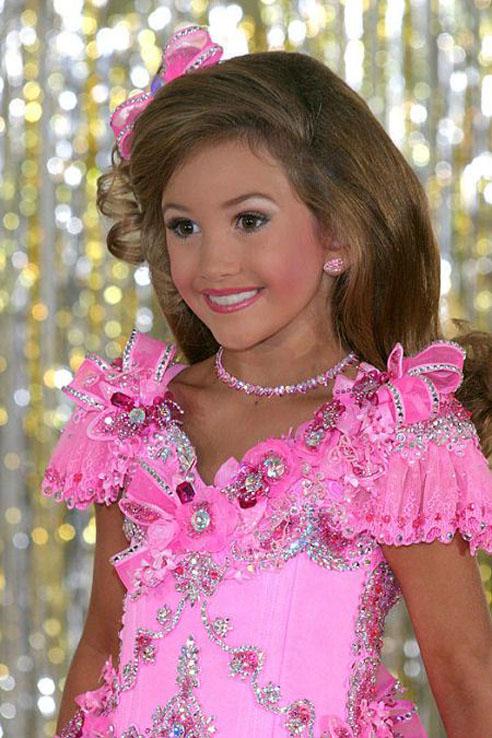 Девочки-Барби возрастом 8-12 лет.Лица, позы, взгляд взрослых женщин и тела.