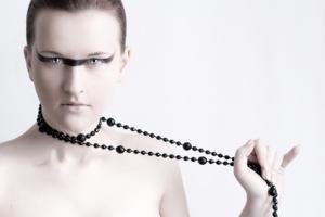 автопортрет с черными бусами.