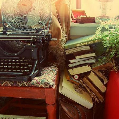 пишущая машинка в сером чемодане сте?пени