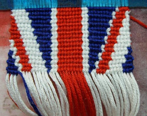 Мне нужна схемка плетения из мулине британского флага) На подарок надо) P. S. В школьные дни вообще некогда плести...
