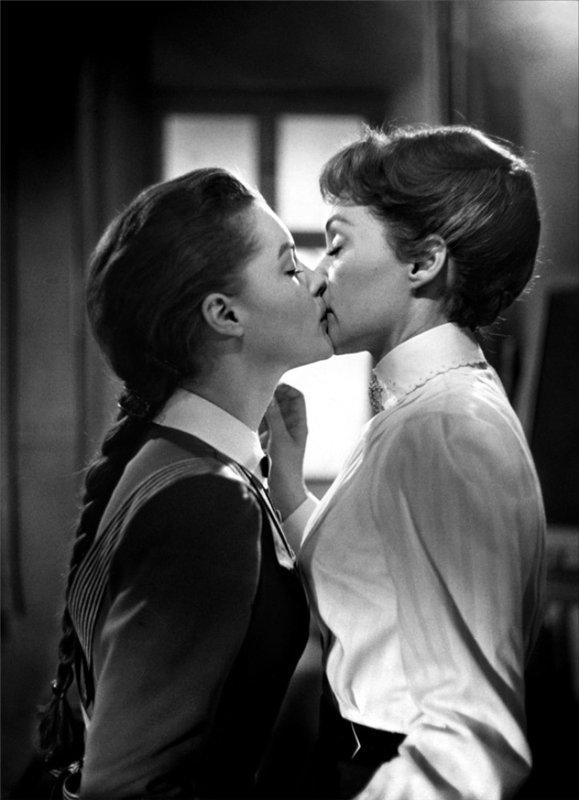 Стриптиз лезбиянок они сэксуаально целуются 8 фотография