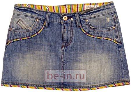 Приложите мешковину кармана лицевой стороной к лицевой стороне выкройки джинсовой юбки
