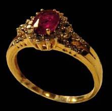 Кольцо немного старомодное, с большим рубином, как раньше любили...Но оно какое-то загадочное