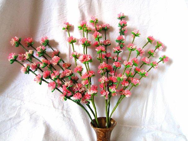Это бисерные цветы и деревья, игрушки . ..изделия из бисера, имеющие связь со знаками зодиака.